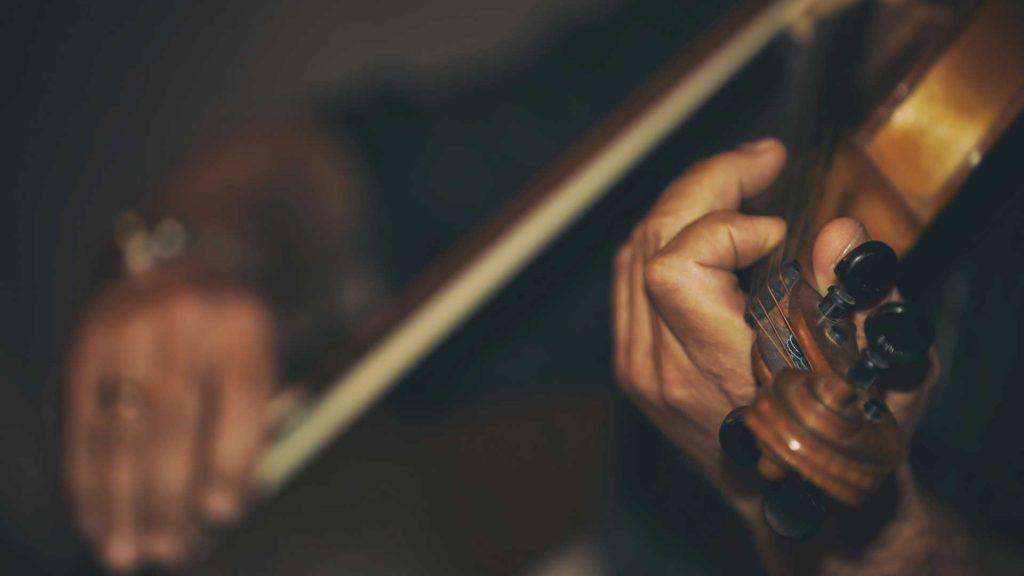 Man-playong-violin-